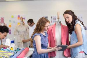 modeontwerpers die digitale tablet gebruiken