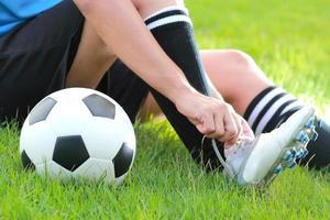 voetbalschoenen worden vastgebonden foto