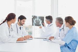 arts die een röntgenfoto steunt foto