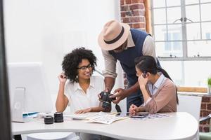 geconcentreerde informele foto-editors aan het werk