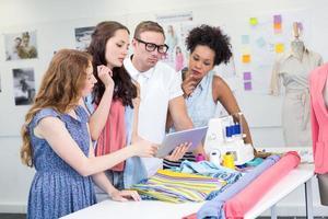 ontwerpers die digitale tablet gebruiken