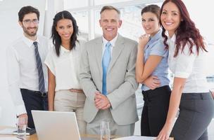 commercieel team dat bij camera glimlacht foto