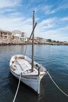 boot afgemeerd aan de pier foto