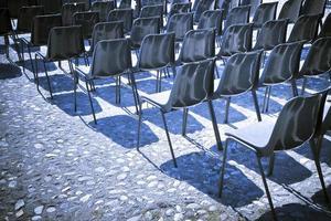 stoelen van een openluchtbioscoop foto