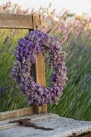lavendel krans in een zomertuin