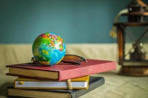 wereldbol en boeken op het werk.