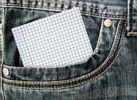 klein briefje in het zijvak van een spijkerbroek foto