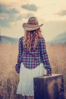 land meisje in gras foto