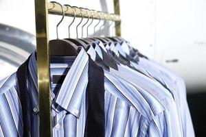shirts op een hanger foto