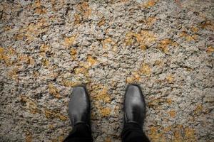 zwarte schoenen staan op de rots foto