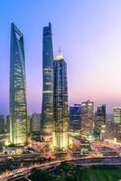 verhoogde weergave van shanghai bij zonsondergang - verticaal formaat foto