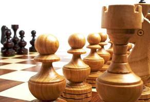 schaakstukken op een schaakbord foto