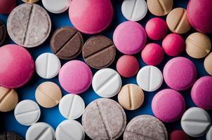 close up van kleurrijke tabletten foto