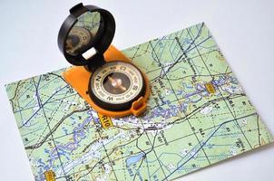 kompas op de kaart. foto