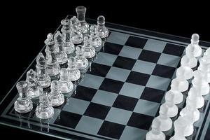 hoge hoekmening van schaakstukken op schaakbord foto