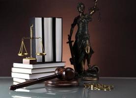 gouden schalen van gerechtigheid, boeken, standbeeld van Vrouwe Justitia foto