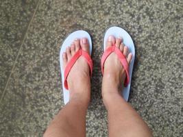 voeten staan op de weg foto
