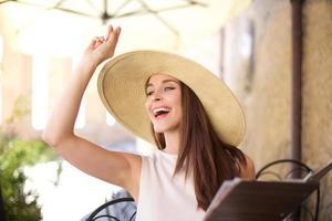 jonge vrouwen die de serveerster bellen foto