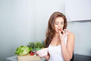 vrouw eet een salat in kom foto