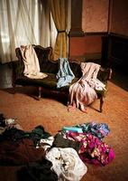 kleedkamer vrouw, kleding verspreid foto