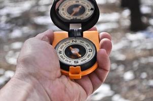het kompas in zijn hand. foto