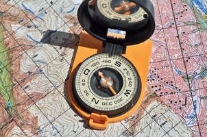 open kompas op de kaarten. foto