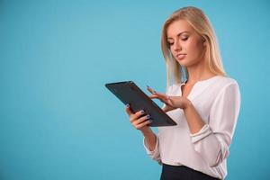 mooie blonde draagt een witte blouse foto