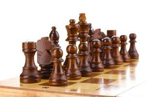schaakbord met schaakstukken op wit wordt geïsoleerd foto
