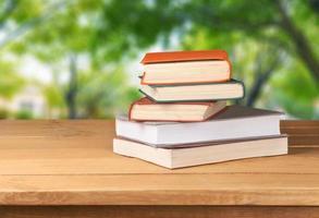 vintage oude boeken op houten dek tafel over grunge achtergrond