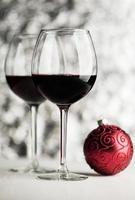wijn en kerstbal foto