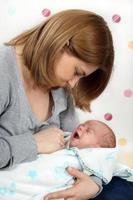 kleine pasgeboren babyjongen een maand oud huilen foto