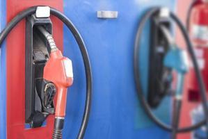 pompmondstukken in benzinestation foto