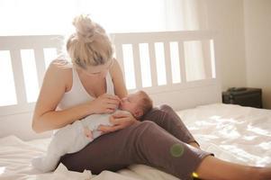 de neus van de baby schoonmaken foto