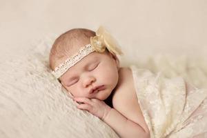 kleine pasgeboren baby 14 dagen, slaapt foto