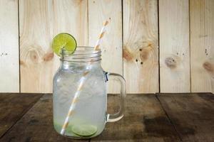 limonadedrank, in glas, verfrissende drankjes foto