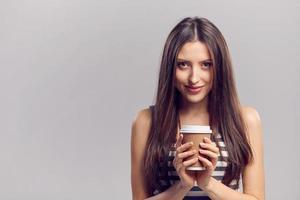 vrouw warme drank drinken uit wegwerp papieren beker