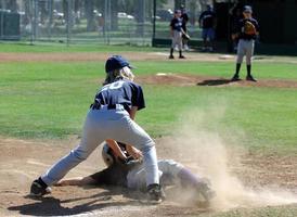 honkbal-tag op het derde honk foto