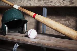 honkbalknuppel, helm en bal stilleven foto