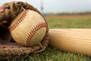 honkbal in een handschoen met vleermuis foto