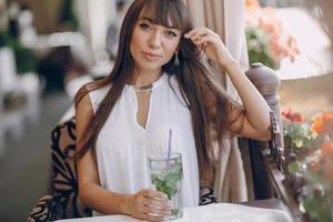meisje drinkt mojito foto