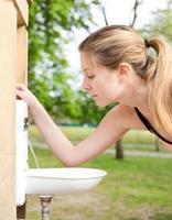 meisje drinkwater foto