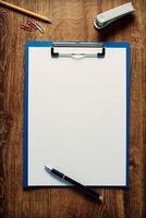 blanco wit papier op een klembord foto