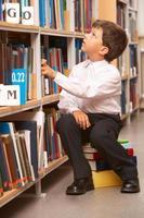 leerling in bibliotheek foto