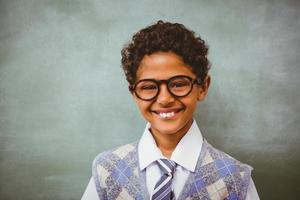 schattige kleine jongen lachend in de klas foto
