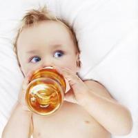 kleine jongen drinken foto