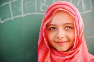 schattige mooie schoolkinderen in de klas met onderwijs activi foto