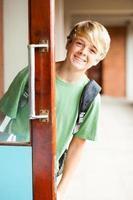 schattige middelbare schooljongen foto