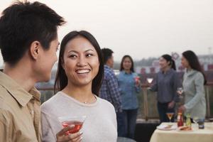 vrienden drinken op het dak foto