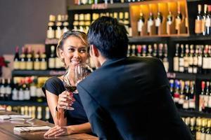 Aziatisch paar dat rode wijn drinkt foto