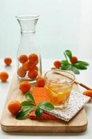 fruit drinken op tafel foto